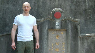 Sifu Edgar Zimmermann at the grave of GGM (Y)Ip Man – Hong Kong, 2011